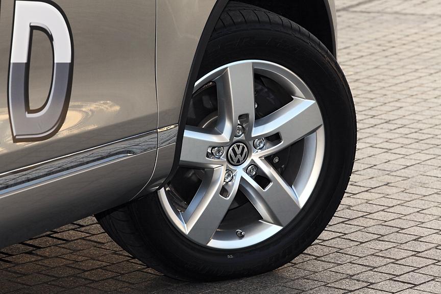 ハイブリッドは19インチホイールが標準。タイヤは265/50 R19を履く