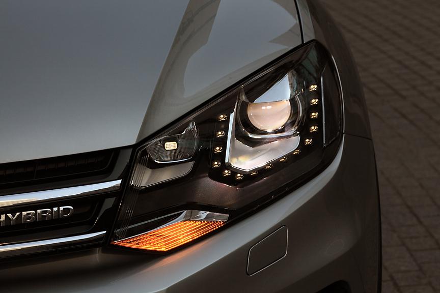 バイキセノンヘッドライトは最新のフォルクスワーゲンDNAを感じさせるデザイン。操舵に応じて角度を変えるダイナミックコーナリングライト、低速時にコーナー方向を照射するスタティックコーナリングライトも装備。これは両グレードに共通