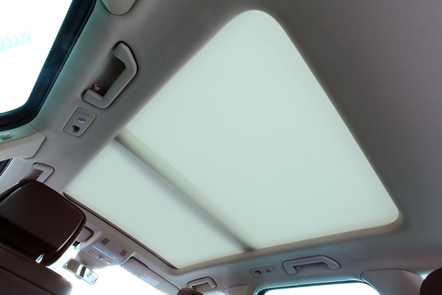 前席から2列目頭上までの広い範囲をカバーする電動パノラマスライディングルーフはオプション。フロント側はチルト/スライドが可能で、直射日光を遮るための電動サンシェードも装備