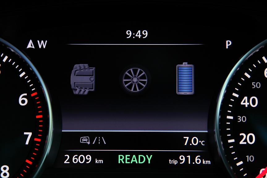 メーターパネルにも液晶表示のマルチファンクションディスプレイを用意。こちらにも様々な情報が表示できる