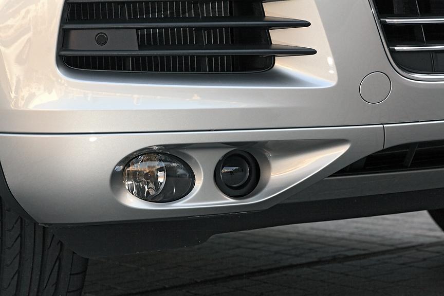 ハイブリッドにはアダプティブクルーズコントロール(ACC)を装備。これはクルーズコントロールにレーダーセンサーを組み合わせたもので、フロントバンパーなどに装備された複数のセンサーで車間距離を測定。自動的に加減速を行い、一定の車間距離を維持してくれる