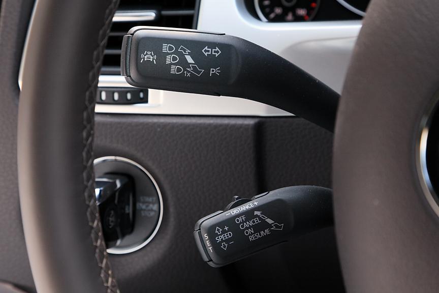 ハイブリッドシステムの稼働状況はモニターにリアルタイム表示が可能。左からモーターのみを使用する発進時、エンジンのみの低負荷時、アクセルオフ時。減速状態ではエンジンを停止し回生システムが働く