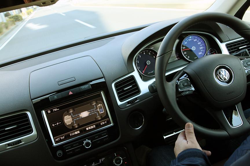 モーターのみで50km/hの速度で最大2kmの走行が可能。その際はタコメーターの表示は0rpmとなり、普通のクルマに慣れているとかなりの違和感がある