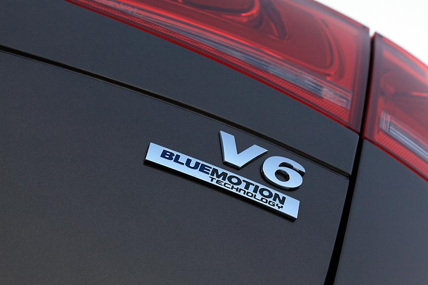 テールゲートのエンブレムはV6専用。最新の環境技術を採用したことを示す「ブルーモーションテクノロジー」のマークも