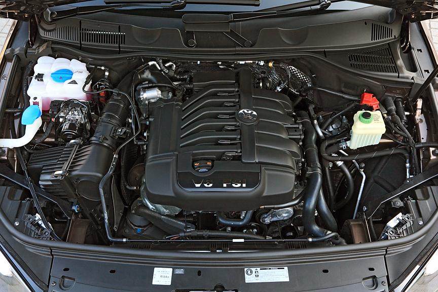 エンジンは3.6リッターの直噴ユニット。スペックは206kW(280PS)/6200rpm、360kW(36.7kgm)/2900-4000rpmと従来型同等だが、燃費は38%改善の9.5km/Lを実現している