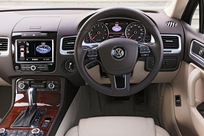 機能性だけを追求するのではなく高い機能性と質感をあわせ持ったインテリア。撮影車両はオプションのレザーパッケージ装着車でカラーはコーンシルクベージュ。ウッドのデコラティブパネルも同オプションによる装着パーツ