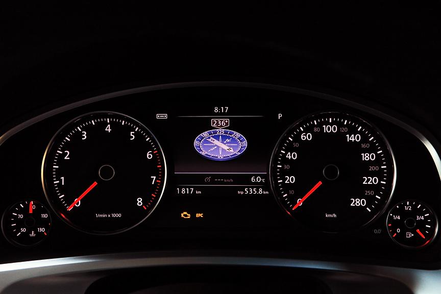 タコメーターとスピードメーターの間にはあるマルチファンクションディスプレイにはカラー液晶を採用