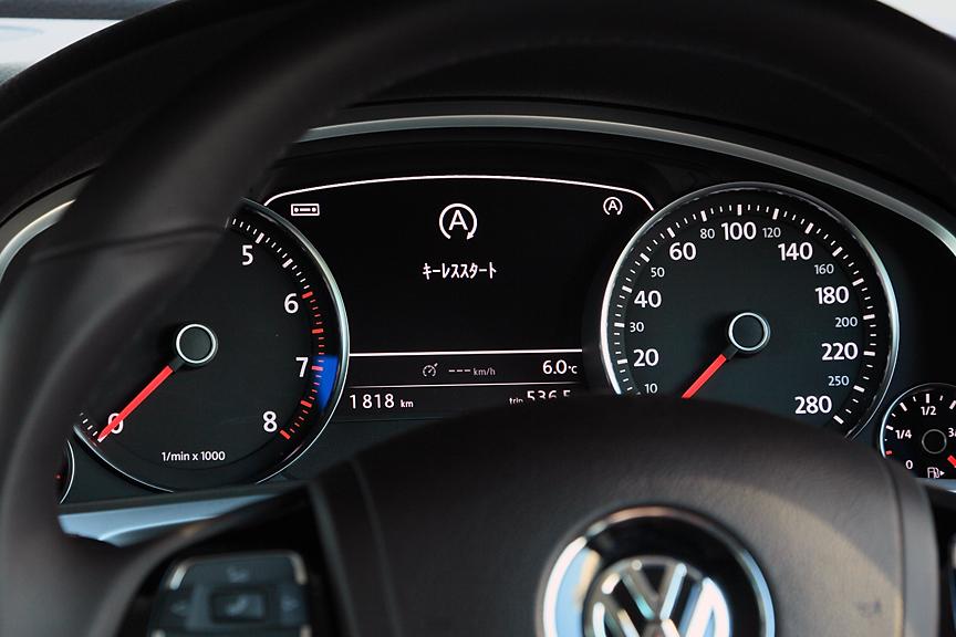 V6にはアイドリングストップシステムを採用。機能動作時の情報もここに表示される