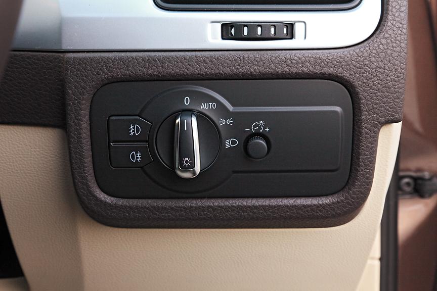 インストゥルメントパネル右側のライトコントロールパネル