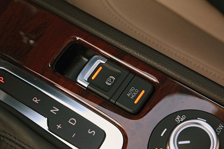 スイッチ操作で作動/解除が可能なエレクトロニックパーキングブレーキを採用。ホールドボタンを利用すればペダルから足を離してもブレーキの保持が可能で、坂道での発進などで便利