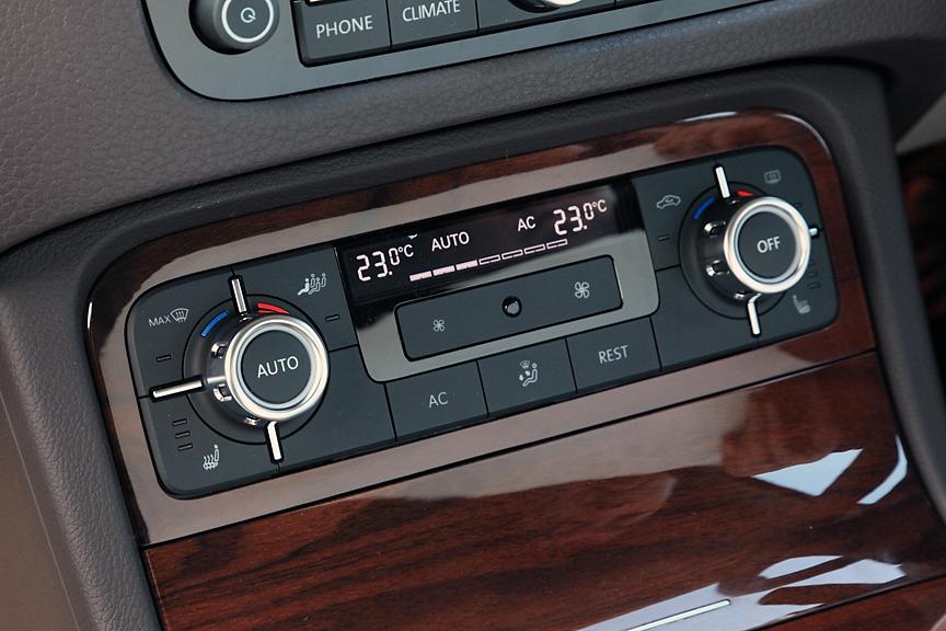 エアコンは花粉/ダスト除去フィルターを備えた2ゾーンフルオートタイプ。シートヒーターはオプションのレザーシートパッケージ装着で装備される。ハイブリッドには標準