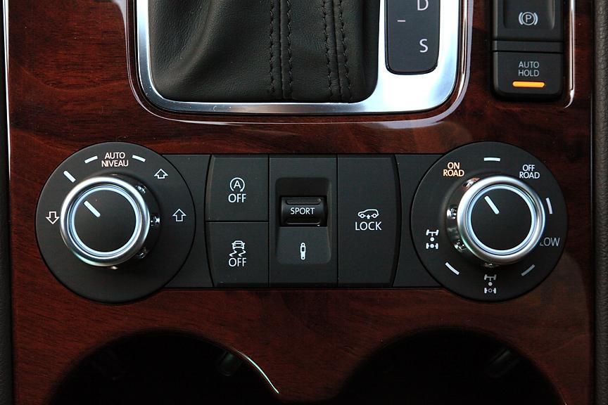 シフトレバー後方の操作パネル。左側のダイヤルがCDCエアサスペンションのハイトコントロール、右側は4WDシステム。中央がサスペンションなどのスイッチとなる