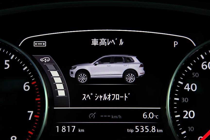 ハイブリッドに標準、V6にオプションとなるCDCエアサスペンション。センサーにより自動的に最適な車高の維持が可能なほか、手動で「積載」「ノーマル」「オフロード」「スペシャルオフロード」の切り替えも可能。また、「オフロード」レベルでは不用意な車高変化を防止するためロックすることが可能。その際はディスプレイにロックマークが点灯する