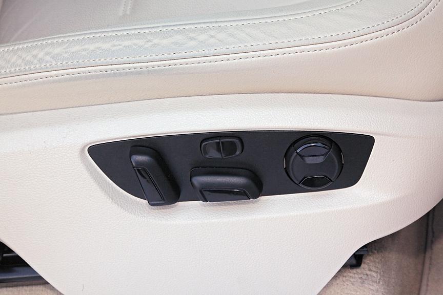 V6はファブリックシートが標準。撮影車両はオプションのレザーシートパッケージ装着車のため、運転席/助手席とも8ウェイのパワーシートが装着されている