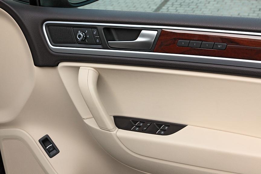 パワーシートのメモリー機構はドアパネルに。そのほかパワーウインドー、ドアミラーなどのスイッチが備わる