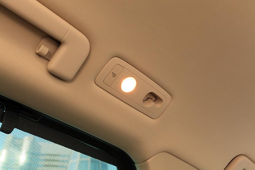 リアシート用のマップランプ。前方の凹みはラゲージネットパーティション取り付け用