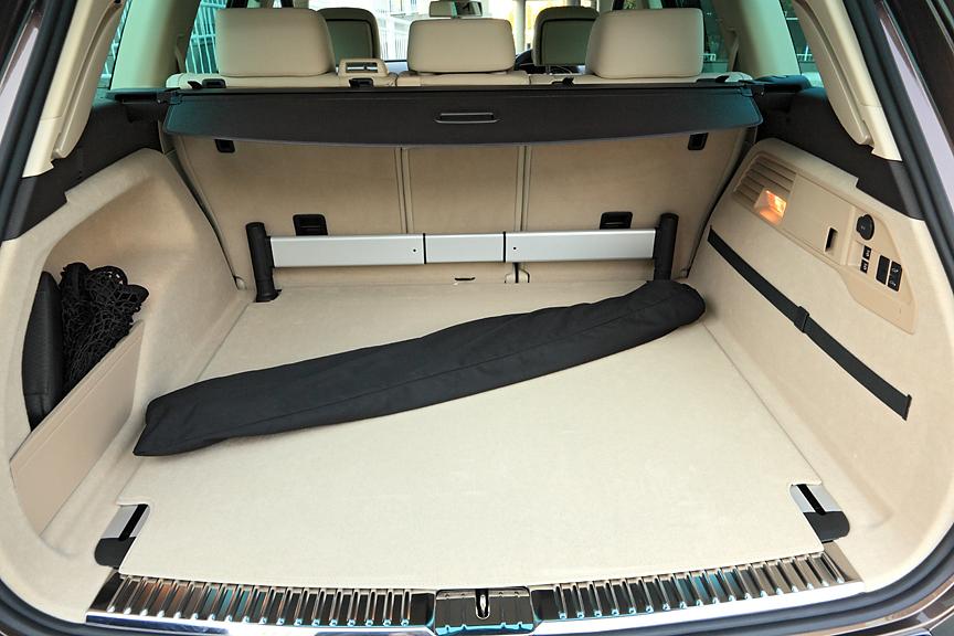 容量580Lのラゲッジルーム。フロア左右のレールを利用して伸縮ロッドを前後に自在に配置、スペースを区切ることが可能。黒い袋はラゲージネットパーティション