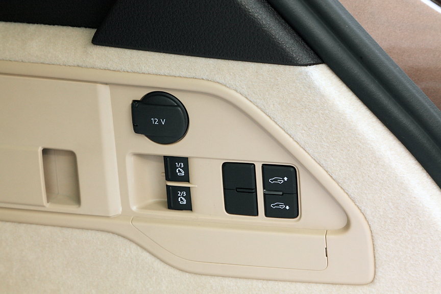 ラゲッジスペースの右サイドにはDC12Vソケットなどを配置。後席の背もたれをワンタッチで倒すことが可能な電動バックレストリリースはレザーシートパッケージの装備