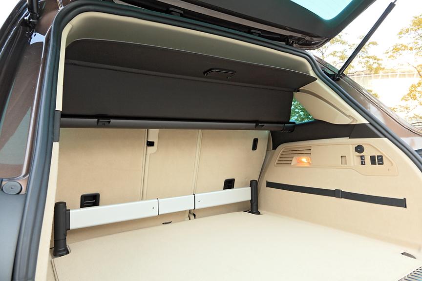 荷物を外から見えないようにするためのトノカバーは高さ調節が可能なタイプ