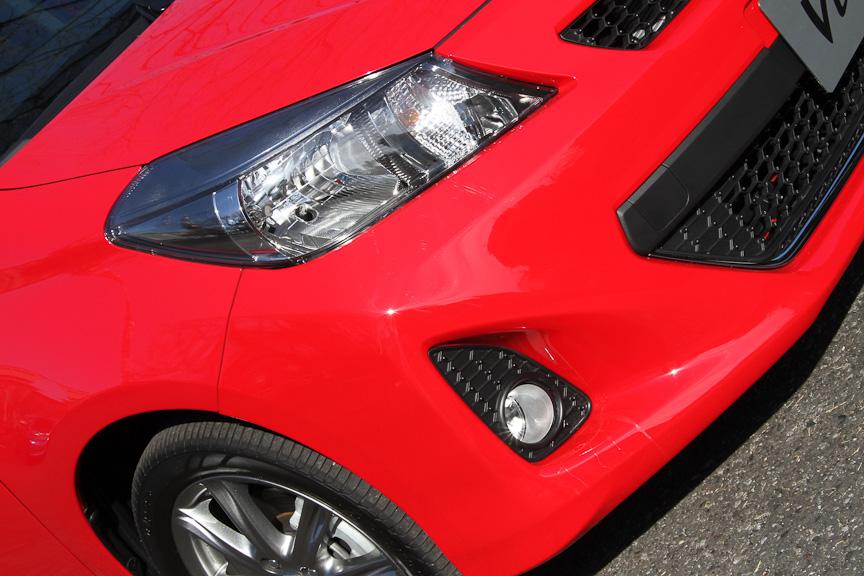 RS専用加飾が施されたディスチャージヘッドライト。フォグランプも標準装備となる