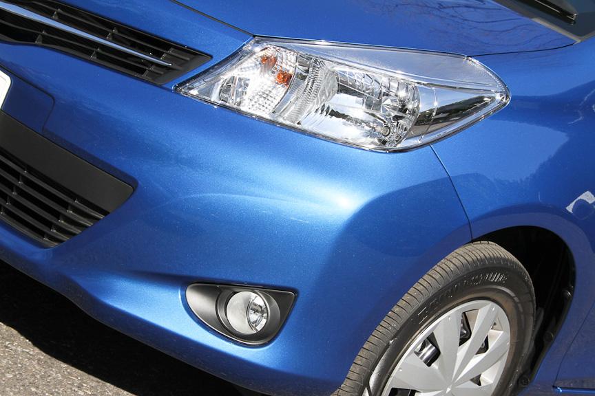 ヘッドライトは専用加飾のハロゲンタイプ。フォグランプはオプション