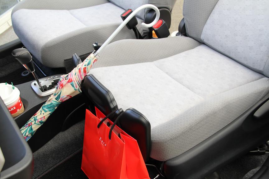 荷物や傘を固定できる買い物アシストシート