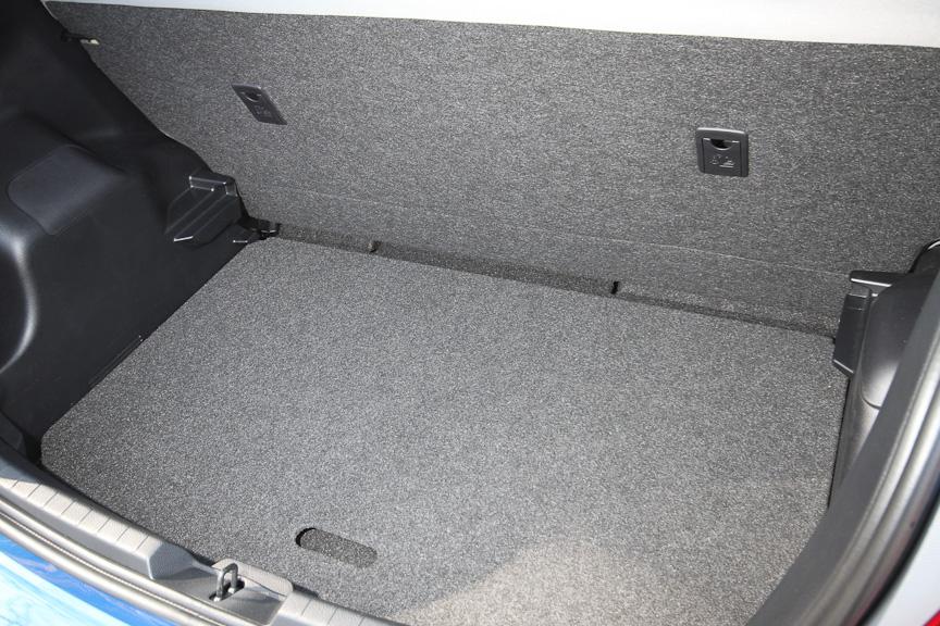 Jewelaではオプション設定となるアジャスタブルデッキボード。セット位置を上下2段階で選ぶことができ、120mmフロアを下げることができる