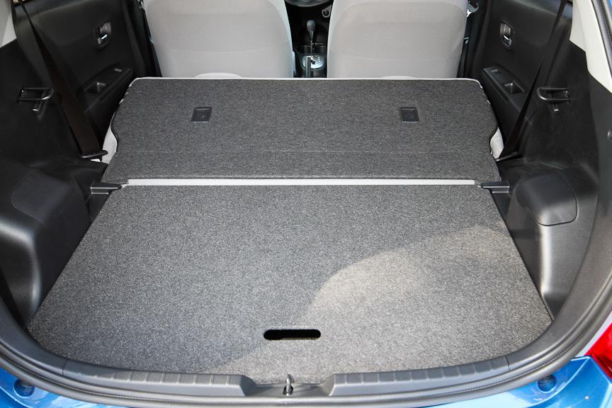 アジャスタブルデッキボードを上段にすると、倒した後席とフラットな収納スペースになる