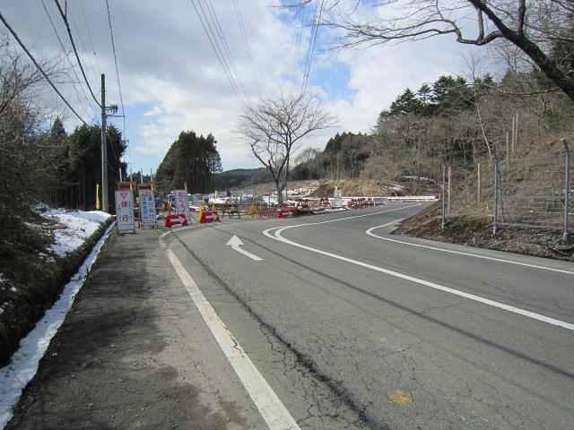 富士霊園付近(写真左)と東ゲート付近(写真右)は現在も迂回路となっているが、5月末までに完全復旧する見込み