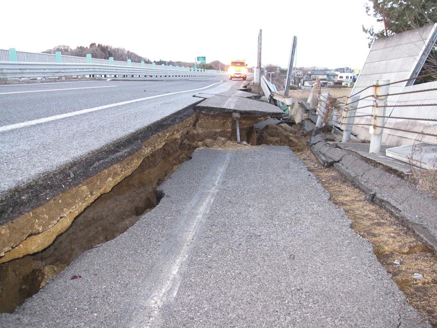 東北道 矢吹~須賀川(下り) の被害状況(左)と復旧状況(右)