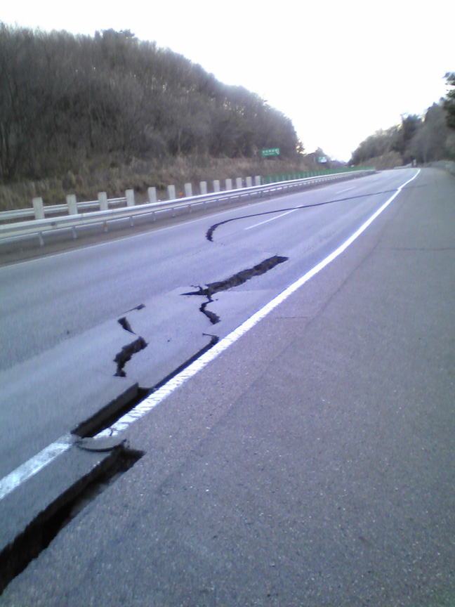 交通の支障となる道路本体の大規模クラック、東北道 白河~矢吹(上り)