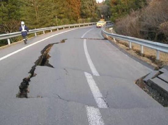 路面の陥没 23個所(最大深さ30cm)、常磐道 岩間IC