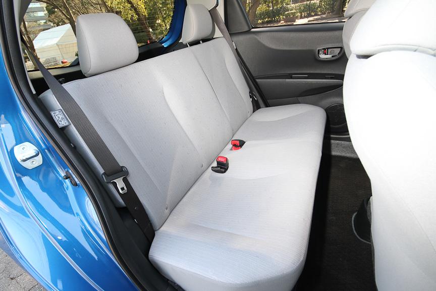 前席シートバックの形状の見直しにより、後席のニースぺースも拡大