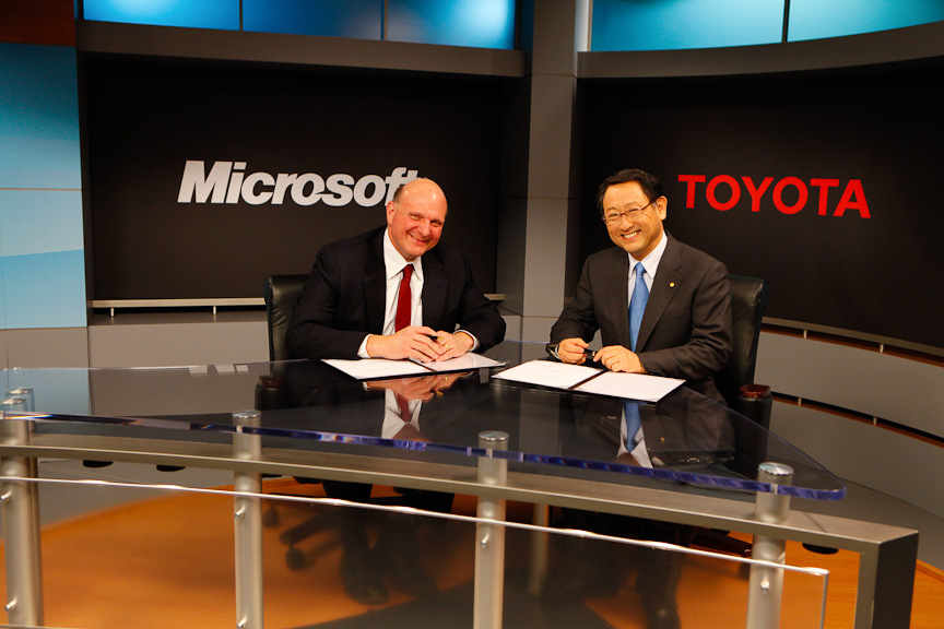 米国で共同発表を行った、マイクロソフトのスティーブ・バルマーCEO(左)とトヨタ自動車の豊田章男社長(右)