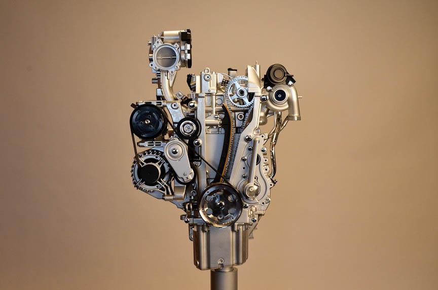 500 ツインエアの直列2気筒エンジン。下段左と中の写真の下部に、振動を軽減するためのバランサーシャフトが見える