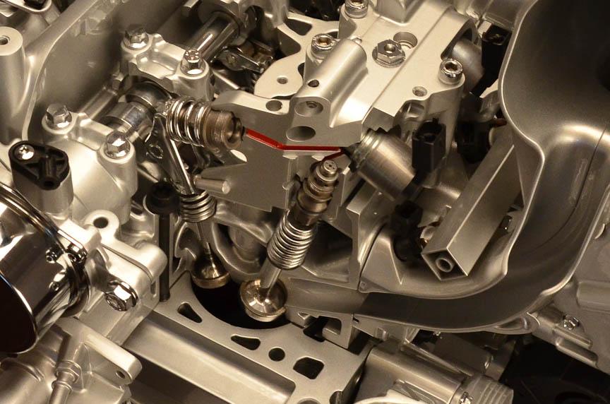 ツインエアのヘッド部。左が排気バルブ、右が吸気バルブで、吸気側がマルチエアになっている。吸気側にはカムシャフトの代わりにソレノイドバルブ(電磁弁)がある