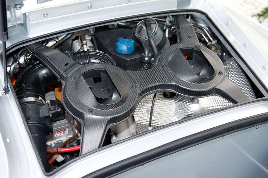 2気筒ディーゼルエンジンとモーターのハイブリッドシステムは、ミッドシップに搭載される