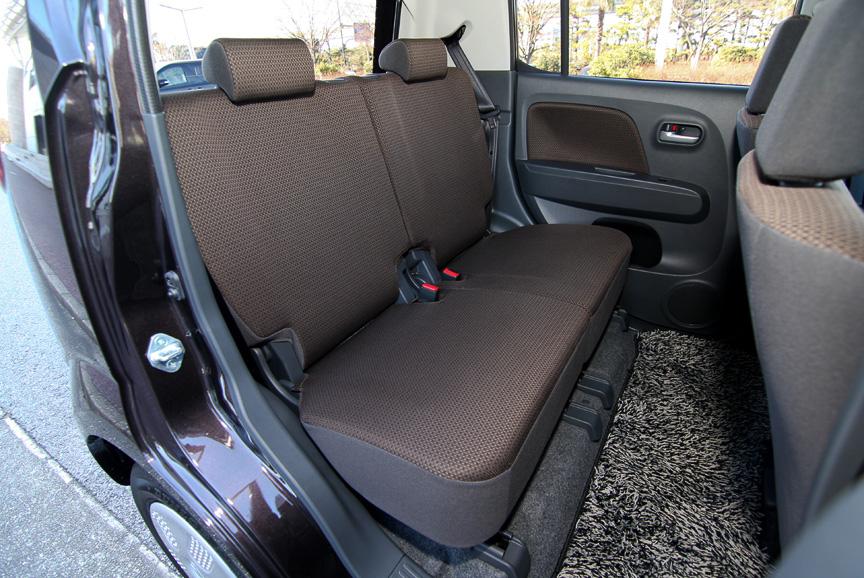 後席の居住空間はワゴンRを凌ぐ仕上がり。助手席の下にはスズキ車でおなじみのシートアンダーボックスが用意される