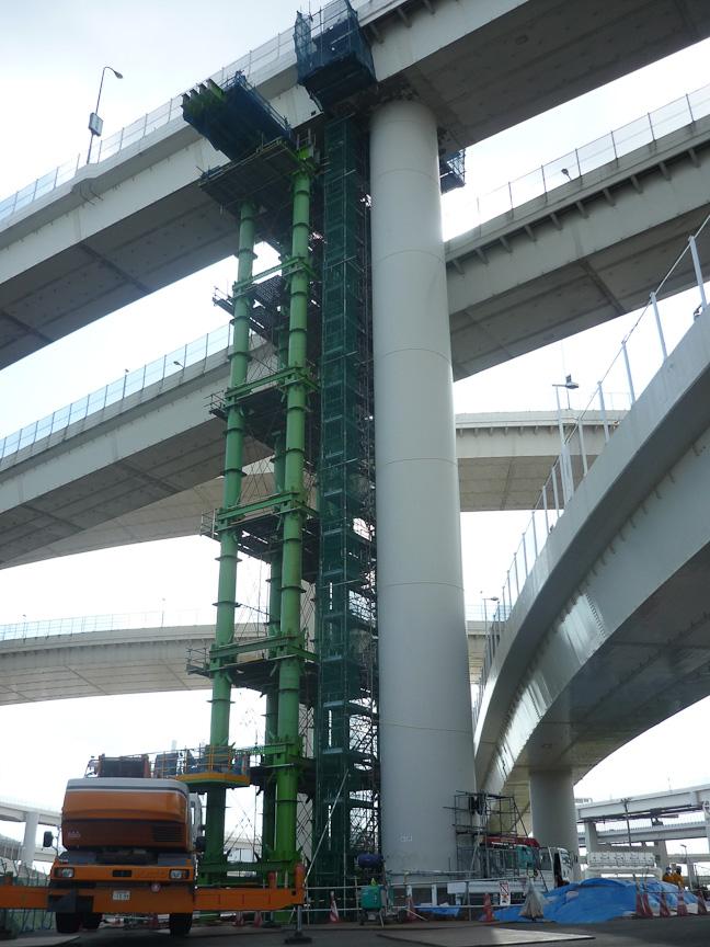 大黒JCT連結路では橋桁を支持する支承が脱落(写真上段左/右)したため、橋桁をベントで支持し、支承を補修(写真下段左/右)。今回の震災でもっとも補修に時間を要した個所となる