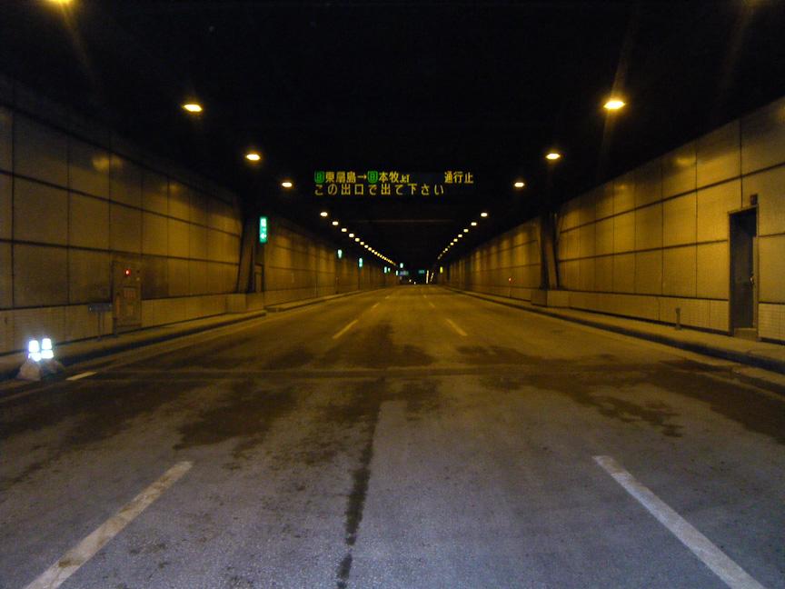 湾岸線 川崎航路トンネルではトンネル継ぎ目から漏水した。写真右は漏水補修したところ