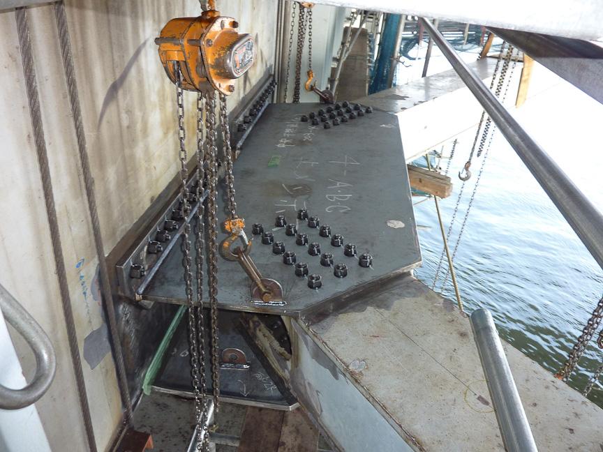 湾岸線(東西)新木場出入口~葛西JCT(荒川湾岸橋)では構造部材を接続する部材が破断。写真左は部材(横支材-下横構)が損傷したところで、右が取り替えたところ