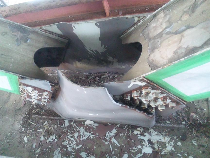 同じく写真左は部材(横支材-対傾構)が損傷したところで、右が取り替えたところ