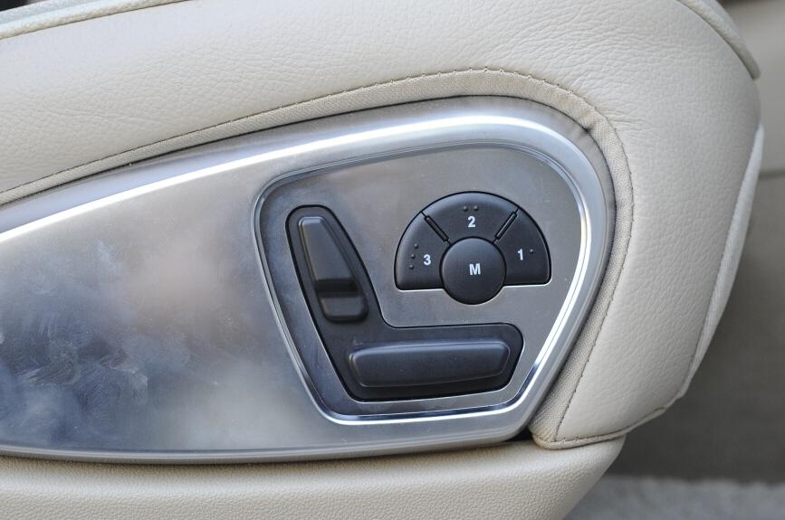 パワーシートのスイッチはシート形状となっており、操作が分かりやすい。メモリー付き