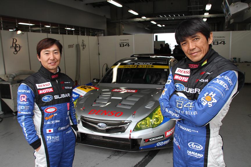 大幅にアップデートされたレガシィB4とドライバーの山野哲也選手(右)、佐々木孝太選手(左)