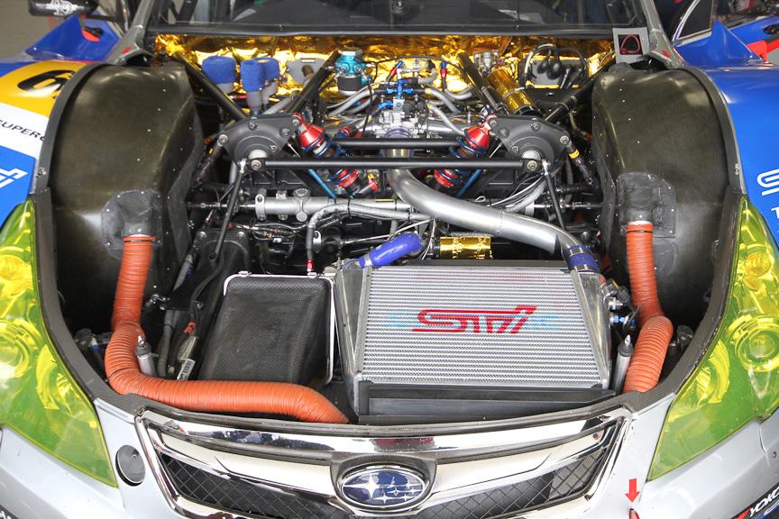 エンジンルームは、インタークーラーとエアクリーナーのレイアウト変更が目を引く(写真左、中が2011年シーズン、写真右が2010年シーズン)