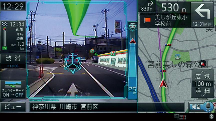 ランドマーク表示。車間距離ゲージの左側にコンビニエンスストアのオブジェクトが表示されている