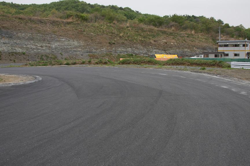 コース1番の難所となるダンロップヘアピン(第2ヘアピン)