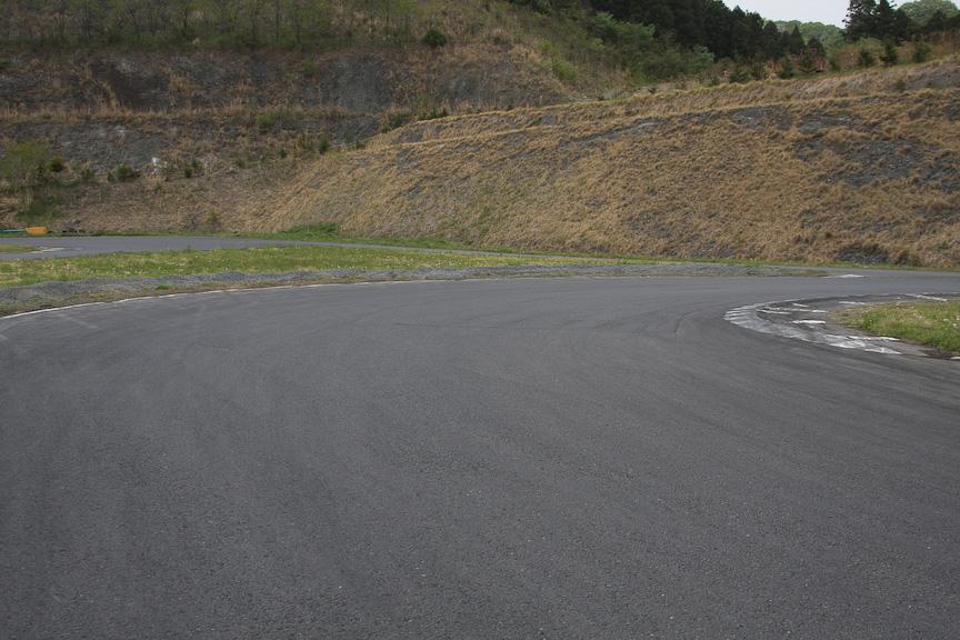 第2ヘアピンの後は、短いストレートがあり1つ目のS字。その後、右に深く曲がりこむコーナーと続く