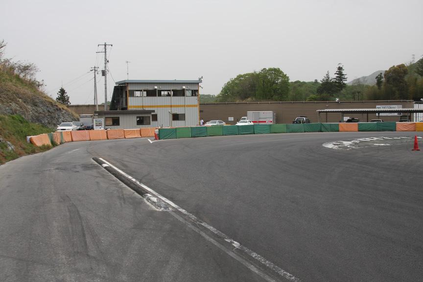 最終コーナーは左側にピットレーンがある