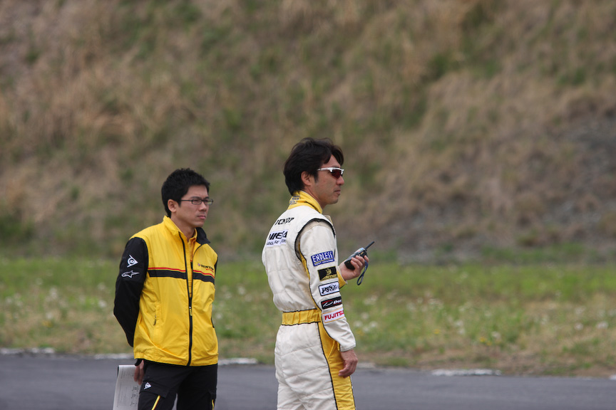 ゲストドライバーの田中選手と青木選手はコースが見渡せるところへ行き、各車にトランシーバーを使ってアドバイスを送る